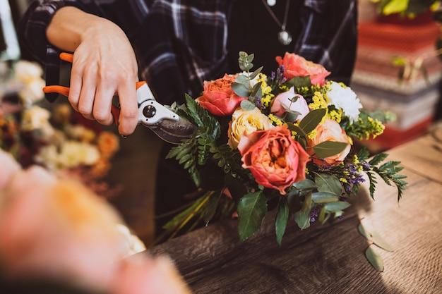 꽃을 돌보는 그녀의 자신의 꽃 가게에서 여자 꽃집