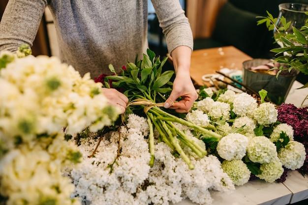 フラワーショップで花束を作る女性花屋