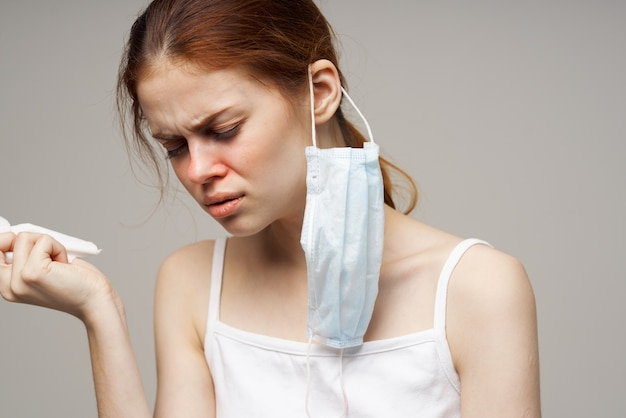 Женщина грипп инфекция вирус проблемы со здоровьем светлый фон
