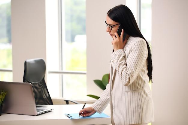 女性はクライアントとの会話に集中しました。
