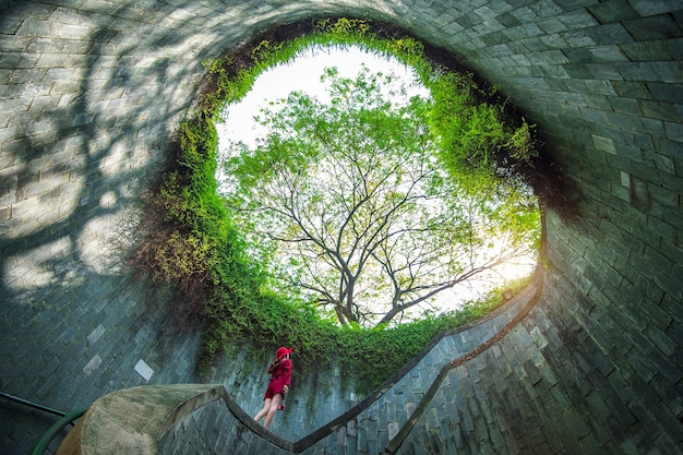 Una donna a fort canning park