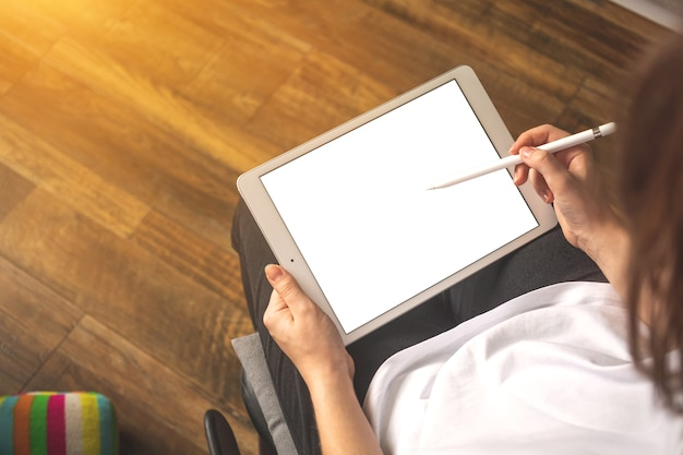仕事のためにスタイラスペンでデジタルタブレットpcを使用している女性のフリーランサーアーティスト、上から見た空間写真のコピー