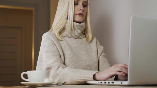 Фрилансер женщина работает на ноутбуке в домашнем офисе. закройте женские руки. деловая женщина, написание делового письма на работе. печатать на клавиатуре