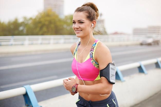 橋を渡って走るエネルギーに満ちた女性