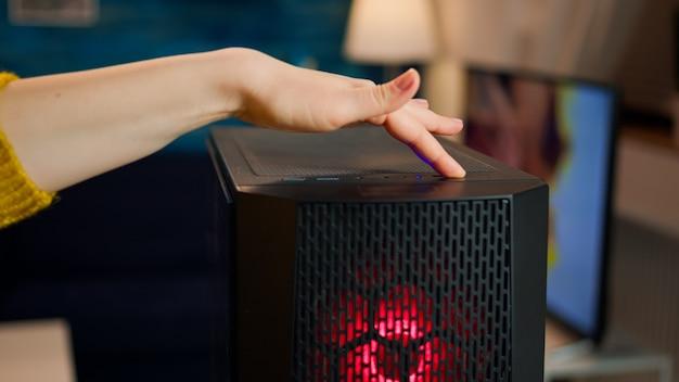 게임 토너먼트를 준비하는 컴퓨터 장치의 여성 게이머 전원. 온라인 슈팅 게임을 시작하는 세련된 방에서 강력한 개인용 컴퓨터를 사용하는 사이버