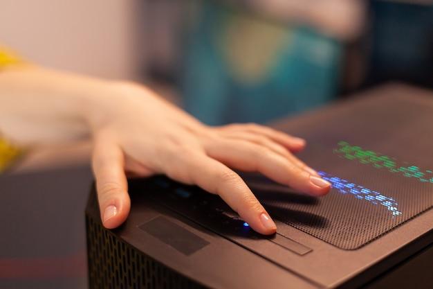 게임 토너먼트를 준비하는 컴퓨터 장치의 여성 게이머 전원. 사이버는 세련된 방에서 강력한 개인용 컴퓨터로 온라인 슈팅 게임을 시작합니다.