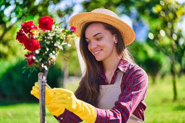 花の裏庭で女性庭師