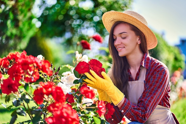 Женщина садовник в саду