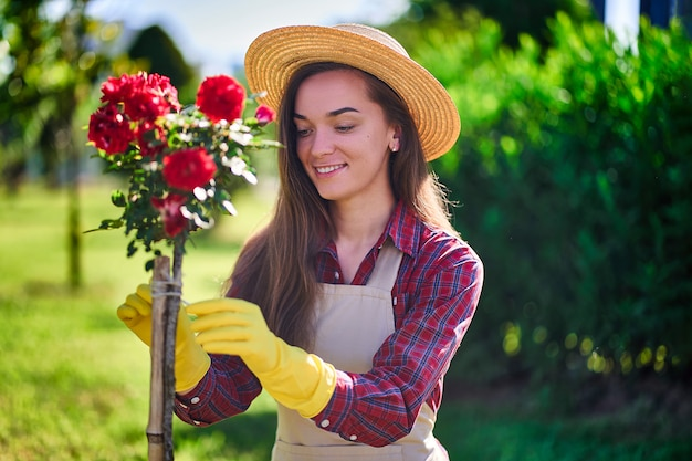 花の庭で女性庭師