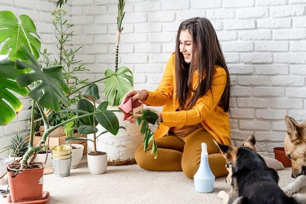 그녀의 집 정원 식물을 돌보는 여자 정원사