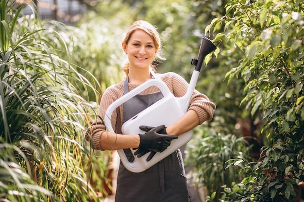 Женщина-садовник в теплице