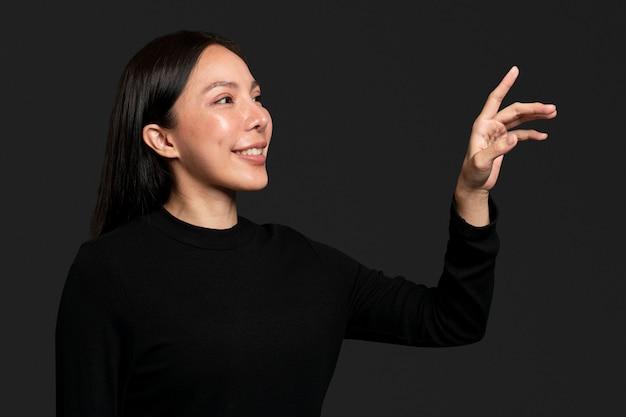 Gesto della donna che preme su uno schermo invisibile