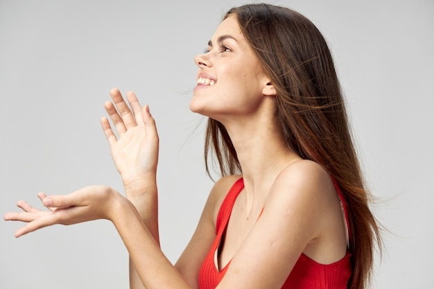 女性は彼女の手でジェスチャーし、光で笑う