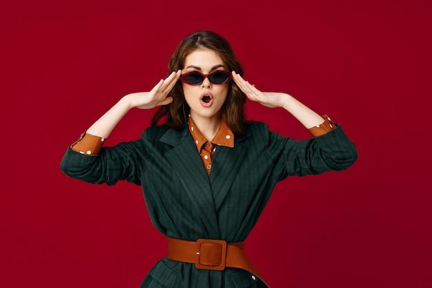手を開いた口のファッションポーズで身振りで示す女性