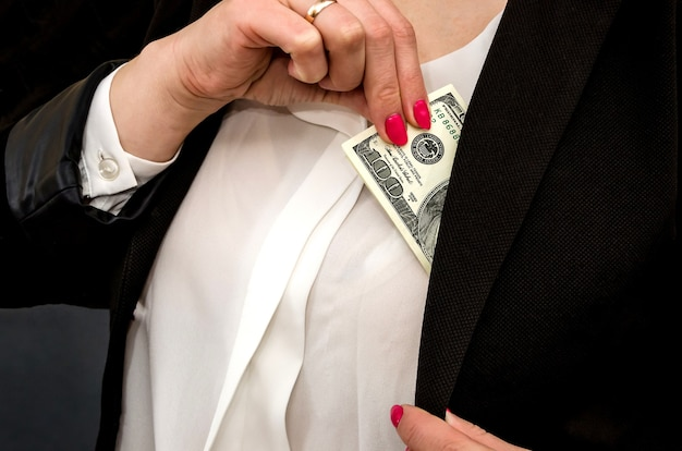 여자는 재킷에서 돈을 가져옵니다.