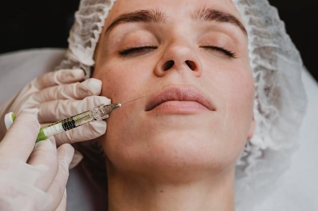 Женщина, получающая косметические процедуры для лица