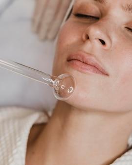 스파에서 얼굴 피부 치료를 받고 여자