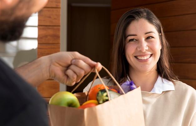 フードバッグを配達される女性