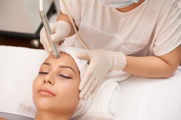 レーザー皮膚治療を受ける女性