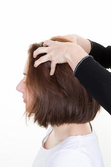 美容院でサロンで散髪しながらマッサージを受ける女性