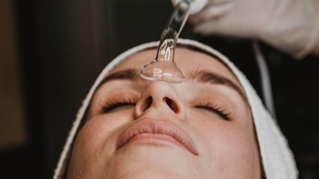 스파에서 피부 치료를받는 여자