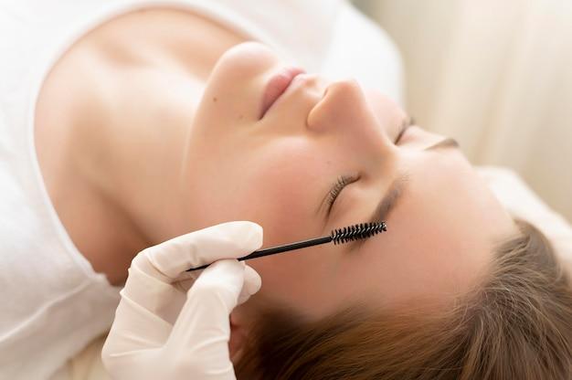 Женщина, получающая лечение бровей