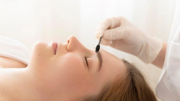 眉毛治療を受けている女性