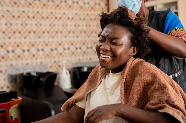 살롱에서 그녀의 머리를 받고 여자