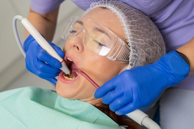 Женщина ремонтирует зубы