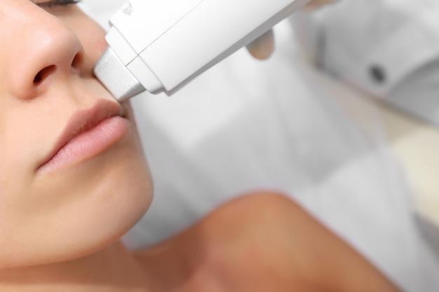 미용실에서 얼굴에 레이저 치료를 받는 여자, 클로즈업