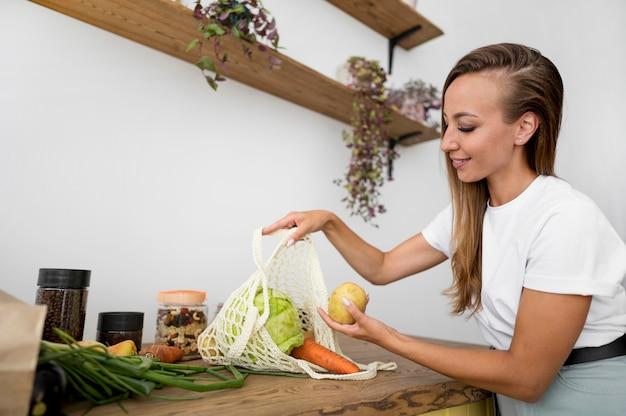 La donna si prepara a cucinare