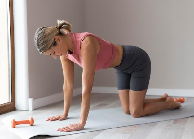 フィットネストレーニングの準備をしている女性
