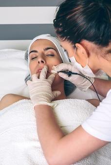 Женщина получает rf-лифтинг в ее лице в клинике