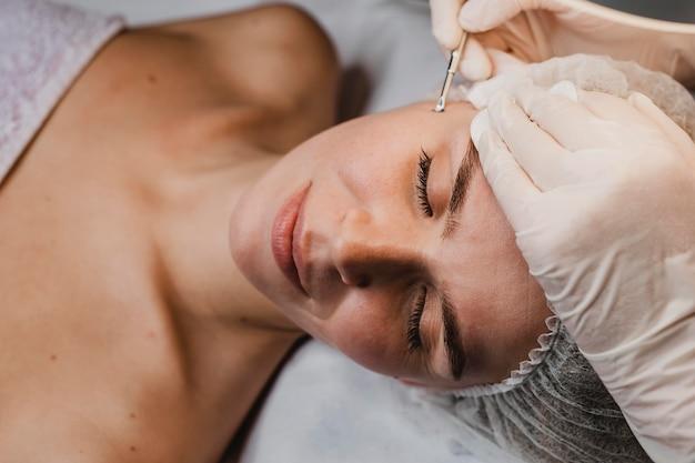 Donna che ottiene una procedura di cura della pelle presso la spa