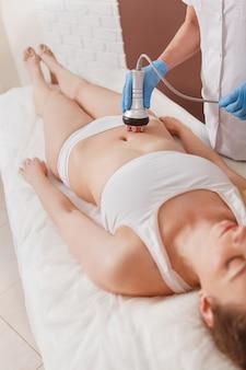 ビューティークリニックでスキンケア治療を受ける女性