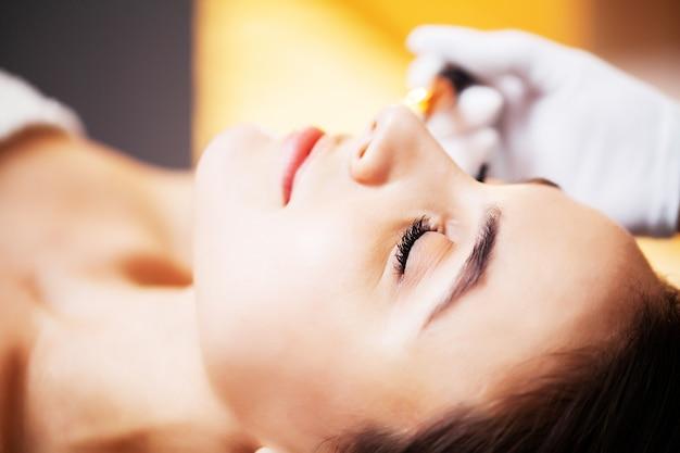Женщина получая лицевую маску спы в центре красотки