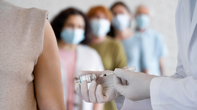 Donna che si fa vaccinare dal dottore