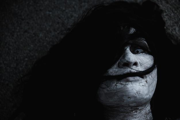 Женщина призрак ужас жутко закрыть лицо хэллоуин концепция