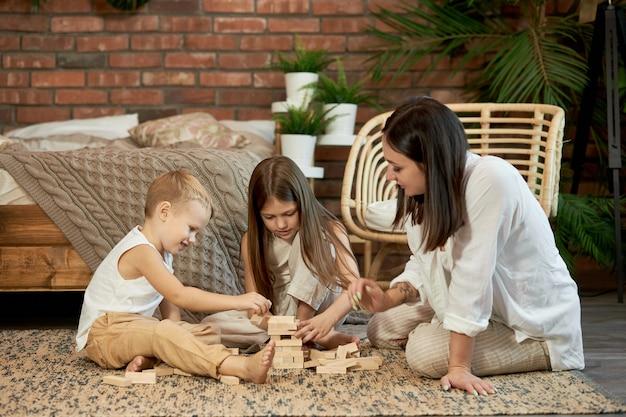 여자 소녀와 소년 플레이 가족 퍼즐 게임