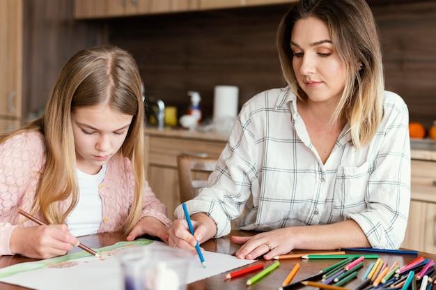 Donna e ragazza che disegnano insieme