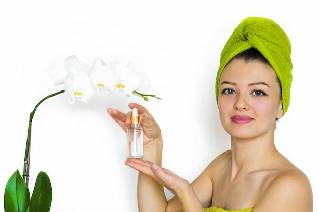 女性、少女、女性は、栄養、水分補給、抗しわ、顔と体のスキンケアのためのアンチエイジのための化粧品を示しています。
