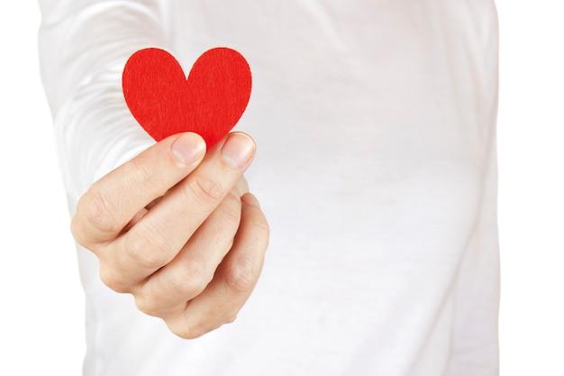 女性はバレンタインデーに布の心を与え、健康な心を持っています