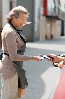 길가 픽업 장소에서 주문하는 여성