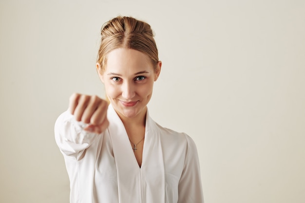 拳バンプを与える女性