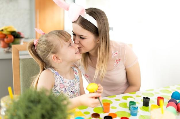 딸 그림 계란에 키스를주는 여자