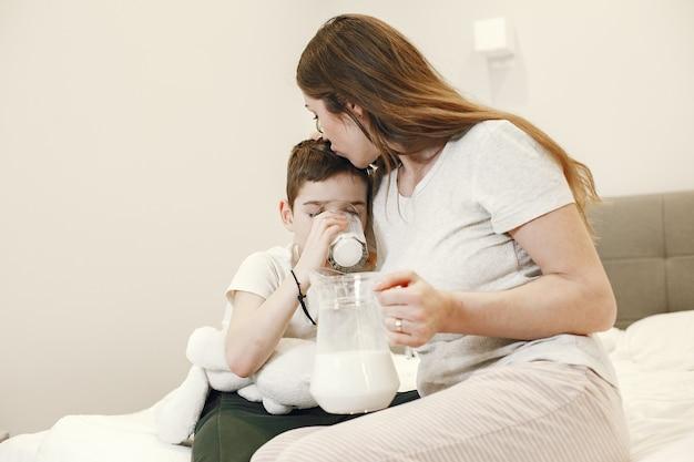 息子にミルクを与える女性。