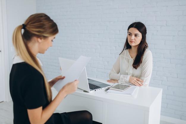 Женщина дает отчет менеджеру