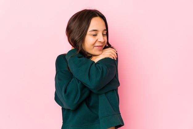 スタジオで自己抱擁を与える女性