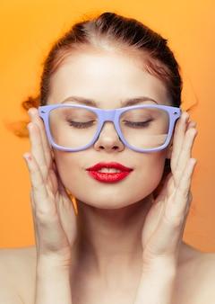 Женщина в очках ярко-желтый оранжевый фон