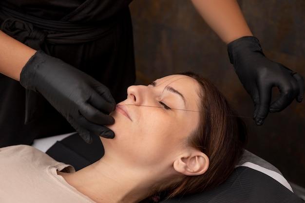 마이크로블레이드 시술을 받는 여성